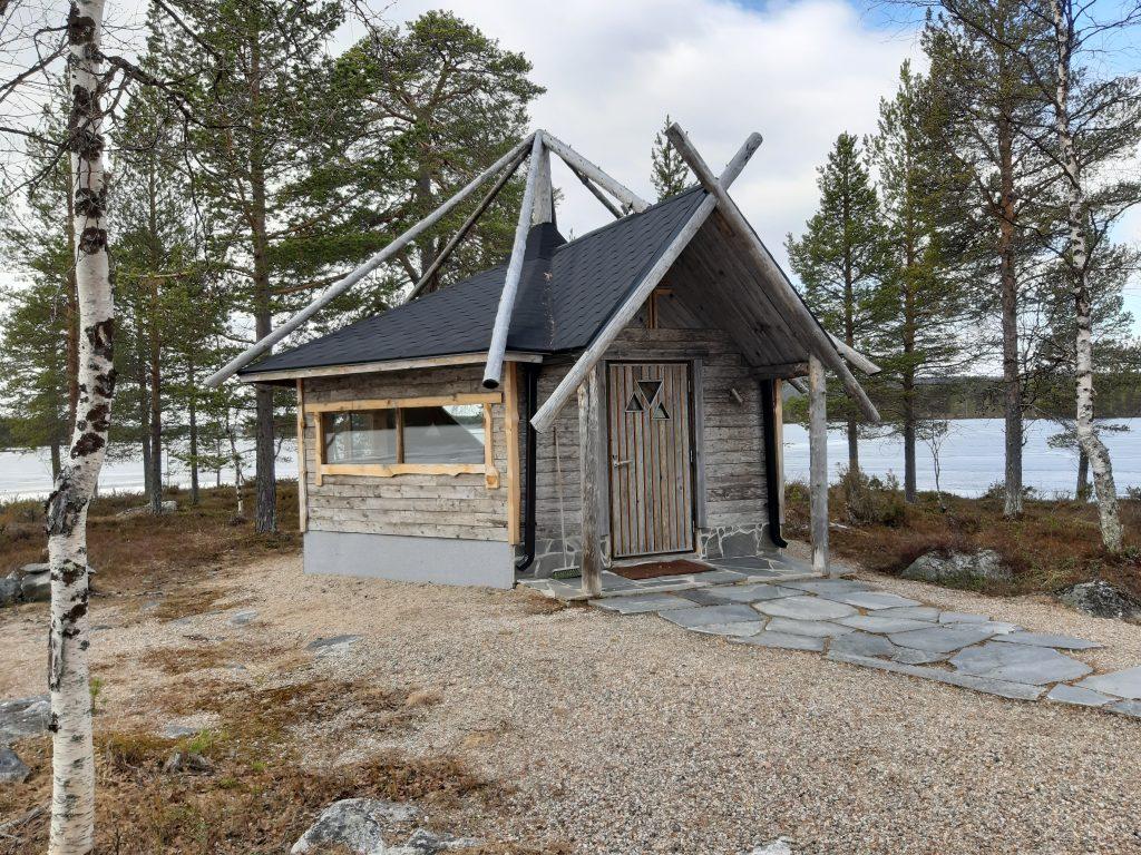 Kirche von außen, Skigebiete